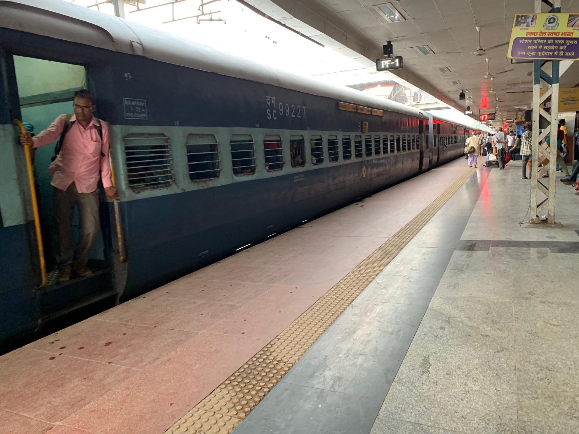 悪名高きインドの寝台列車に乗って、バラナシからアグラへ!